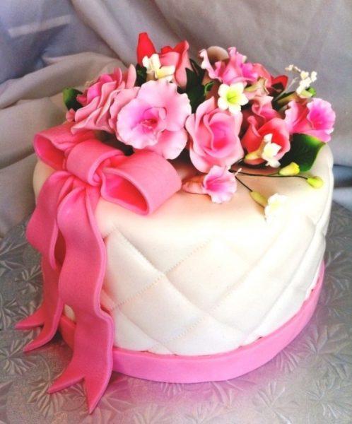 Яркие цветы на белом торте