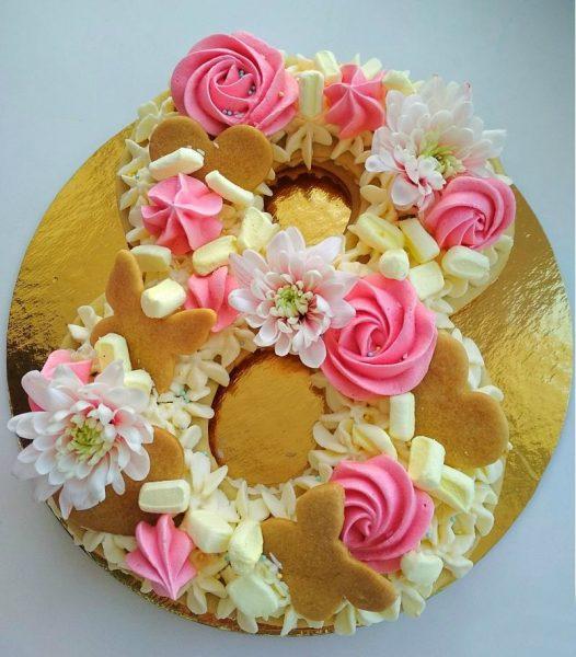 Печенье, зефирки и цветы для украшения