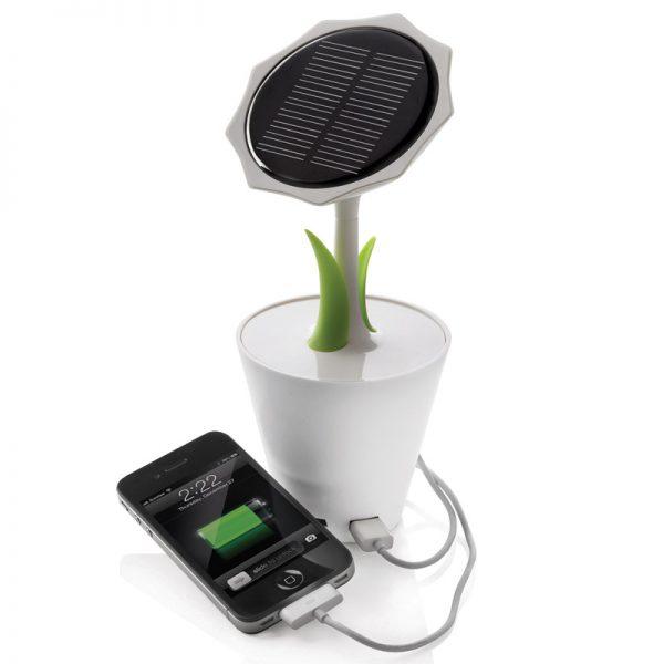 Компактное зарядное устройство на солнечной батарее