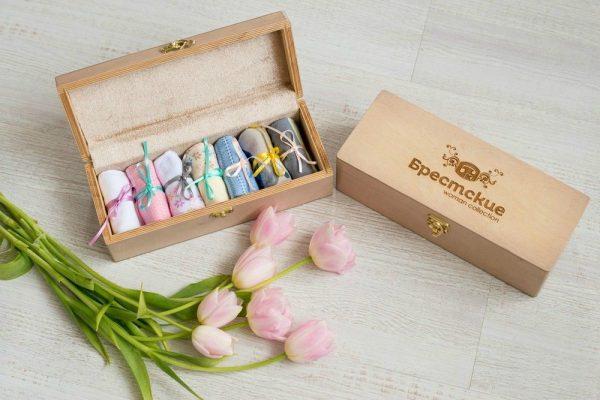 Носки в деревянной коробке
