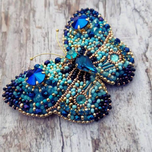 Бабочка из бисера с камнями