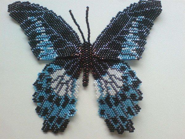 Тёмная бабочка из бисера