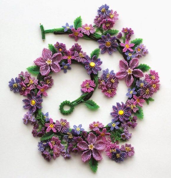 Колье из бисера с цветами