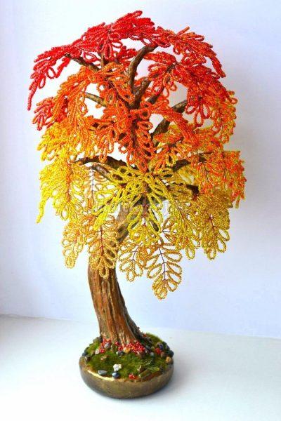 Дерево с пожелтевшими листьями из бисера