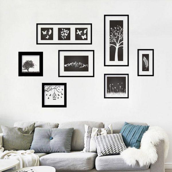 Чёерные рамки над диваном
