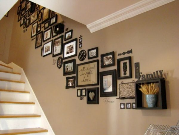 Рамки над лестницей