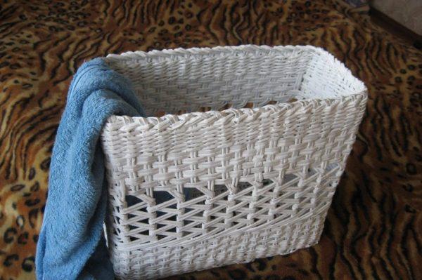 Корзина для полотенец из газетных трубочек