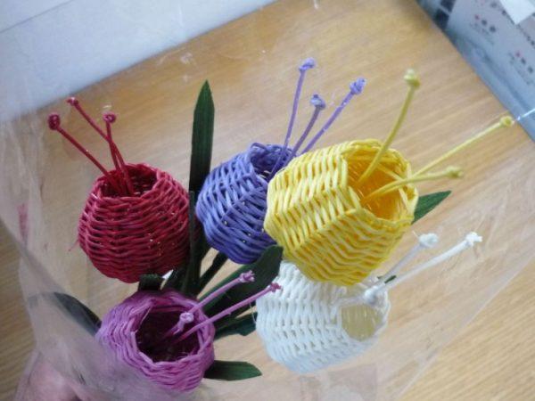 Цветы из газетных трубочек