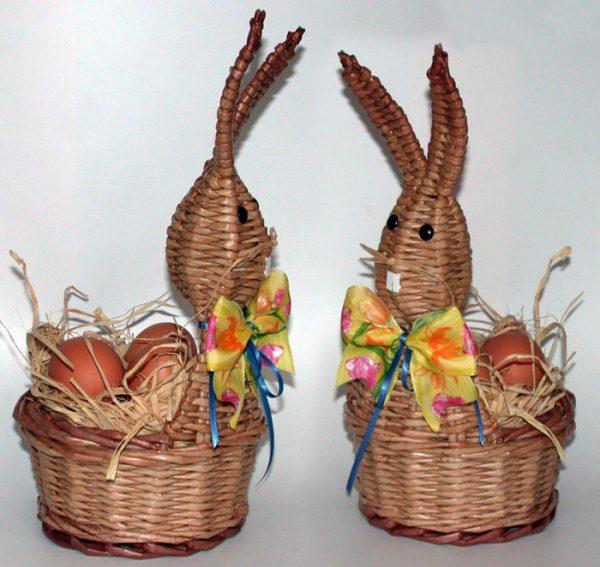 Пасхальные кролики из газетных трубочек