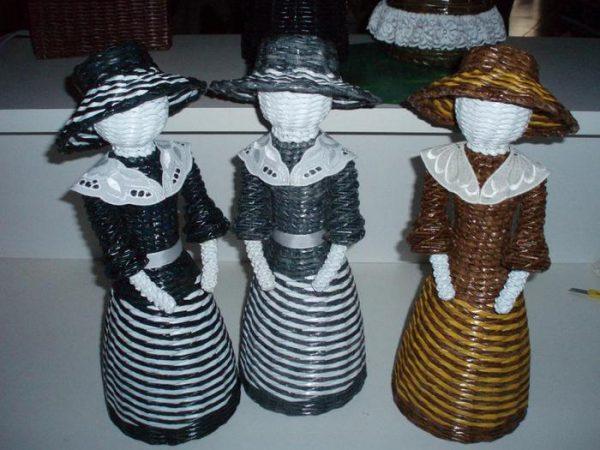 Девушки в шляпах из газетных трубочек