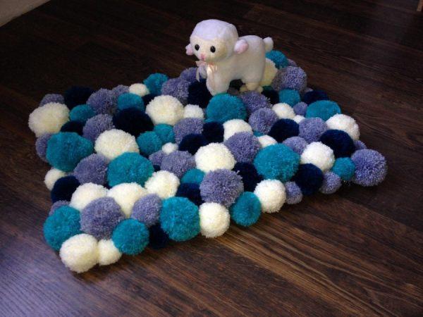 Сине-белый коврик из помпонов