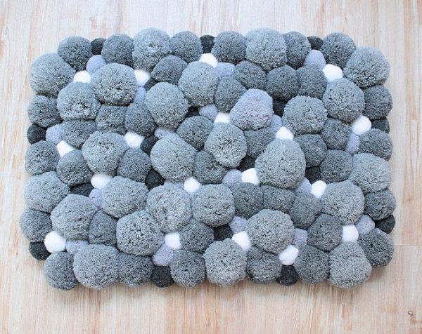 Серый коврик из помпонов