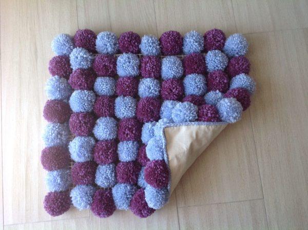 Квадратный коврик из помпонов
