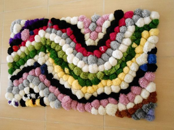 Узорчатый коврик из помпонов