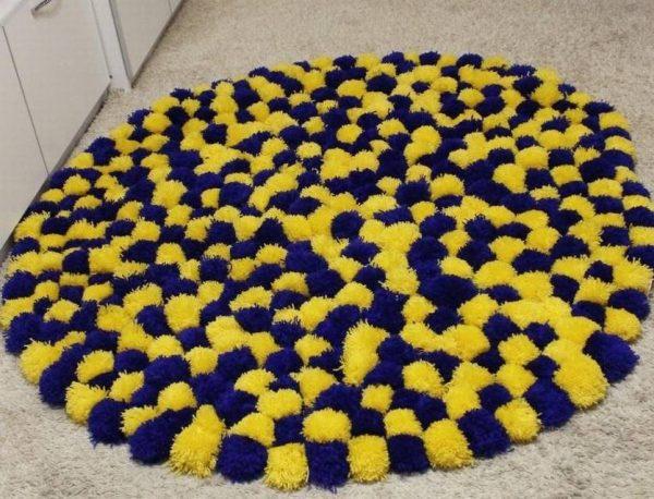 Сине-жёлтый коврик из помпонов