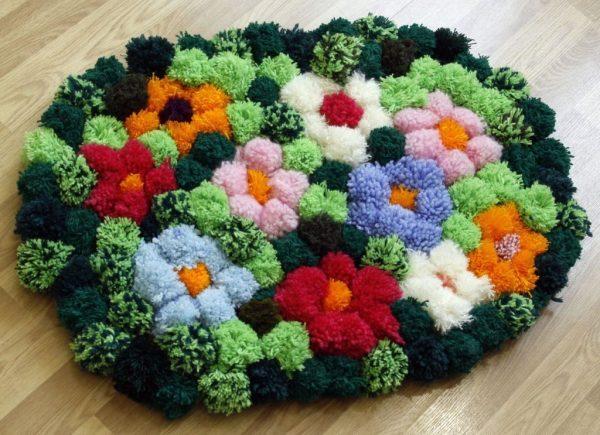 Коврик с цветочками из помпонов