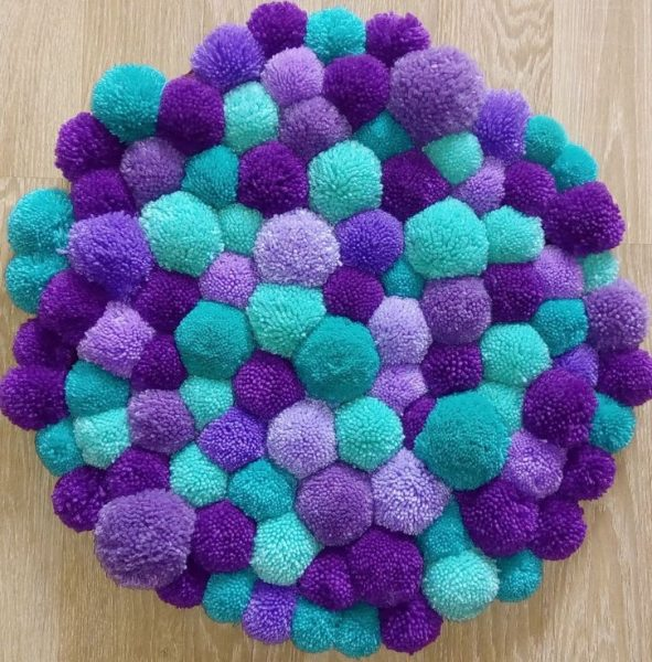 Фиолетово-бирюзовый коврик из помпонов