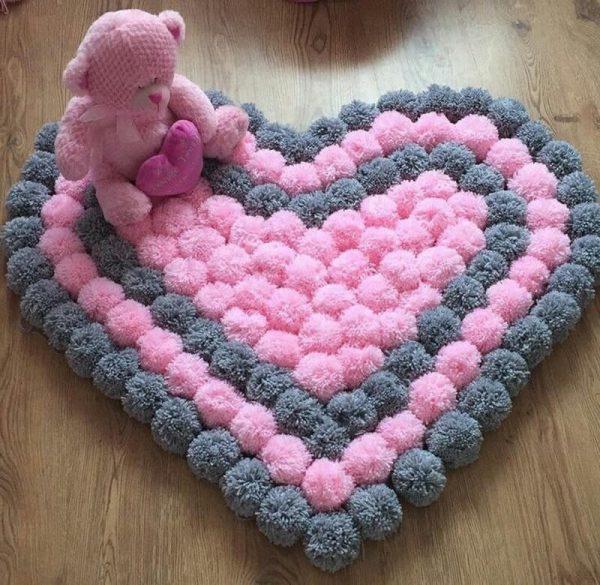 Серо-розовое сердечко из помпонов