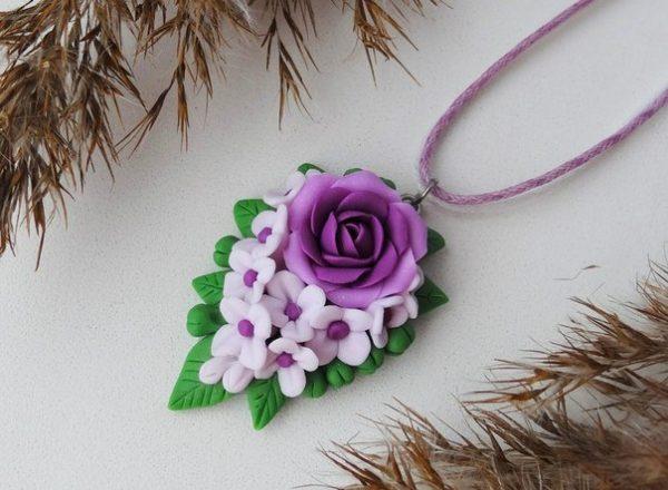 Небольшая подвеска с цветами из полимерной глины
