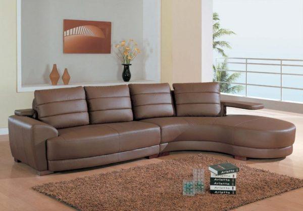 Коричневый диван в форме дуги