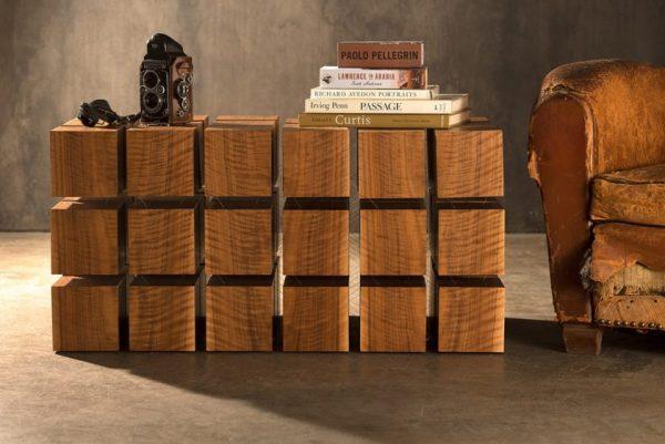 Столик из деревянных квадратов