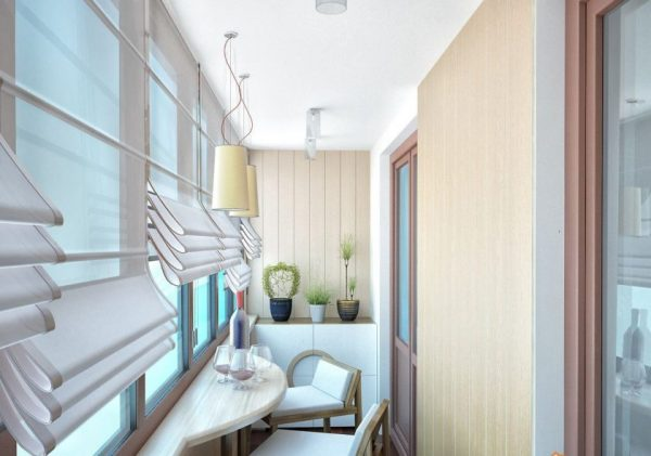Светлые шторы на балконе