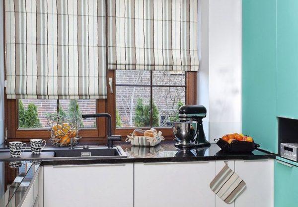 Полосатые шторы на кухне