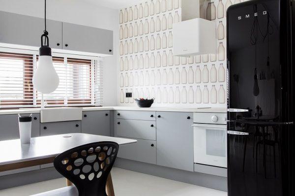 Холодильник тёмного цвета
