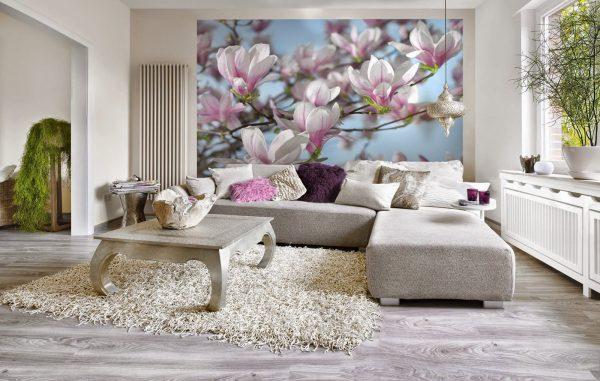 Цветы на фотообоях над диваном