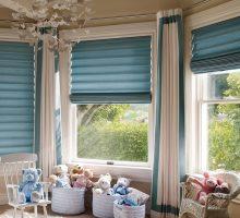 Яркие шторы на окнах эркера