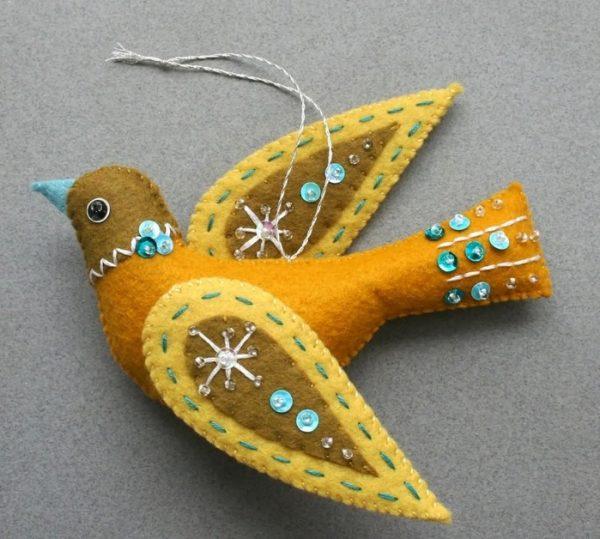 Птичка из фетра с украшением