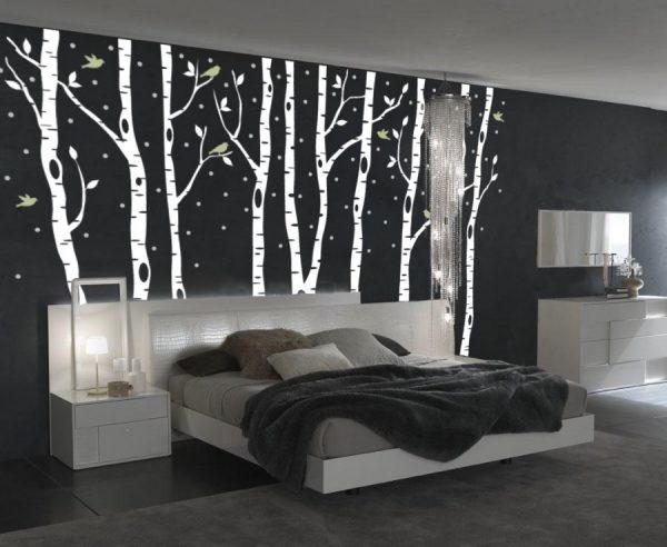 Белые берёзы над кроватью