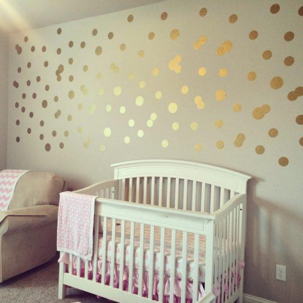 Золотые шарики на стене