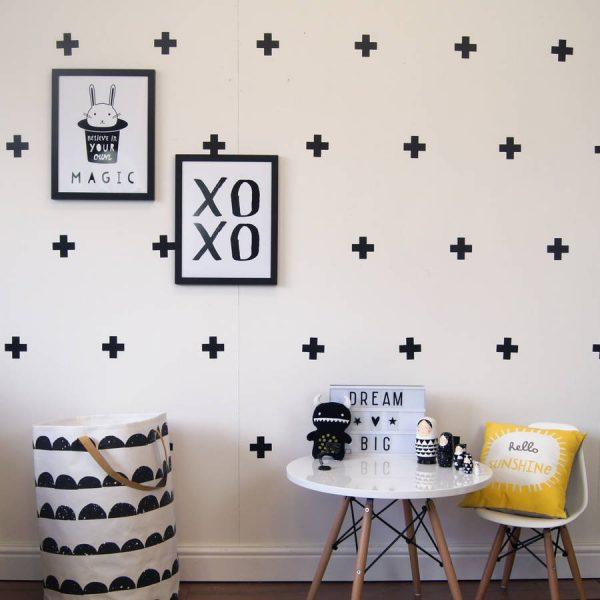 Наклейки в виде плюсиков на стене