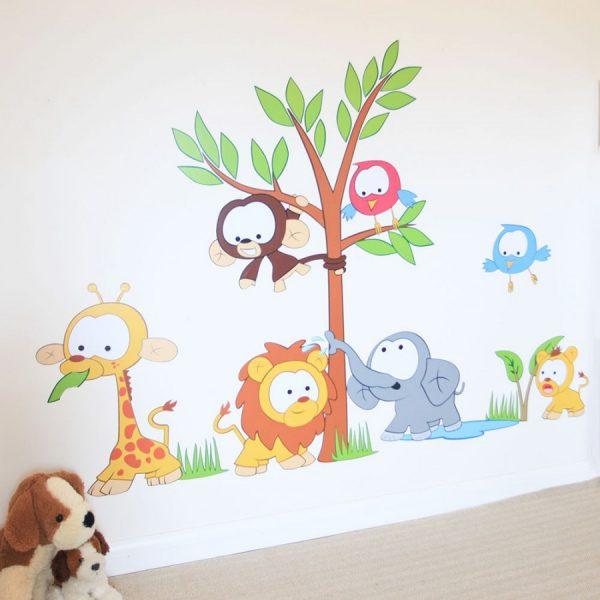Весёлые зверята на стене