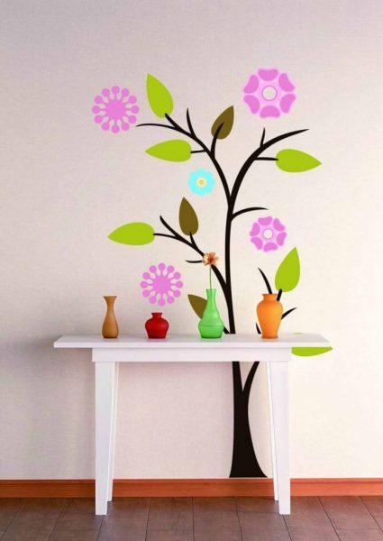 Растение с цветами на стене