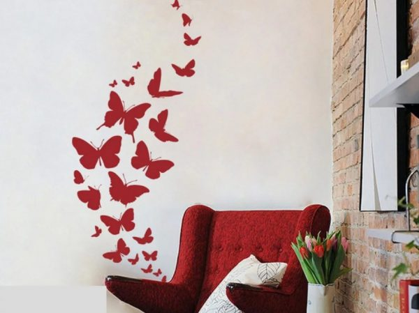 Бабочки под цвет кресла на стене