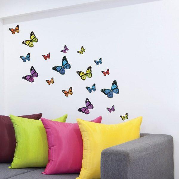 Яркие бабочки на стене