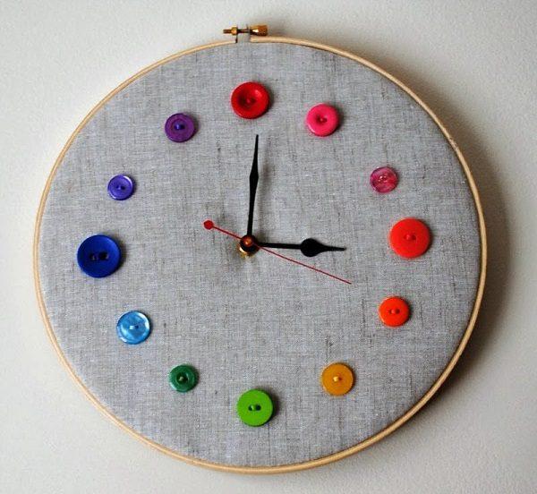 Часы на пяльцах с пуговицами