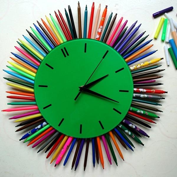 Часы с карандашами и фломастерами
