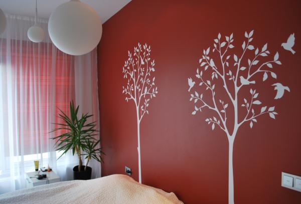 Деревья с птичками на стене