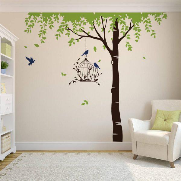 Птичья клетка на дереве на стене
