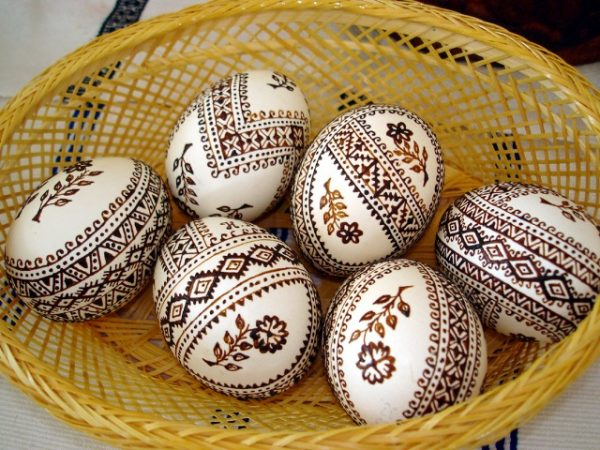 Узоры на яйцах с помощью хны