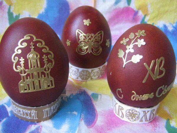 Украшение наклейками яиц
