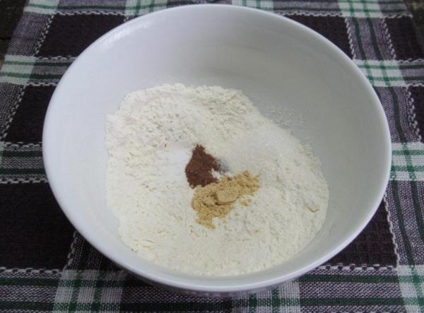 Муку смешать с солью, мускатным орехом