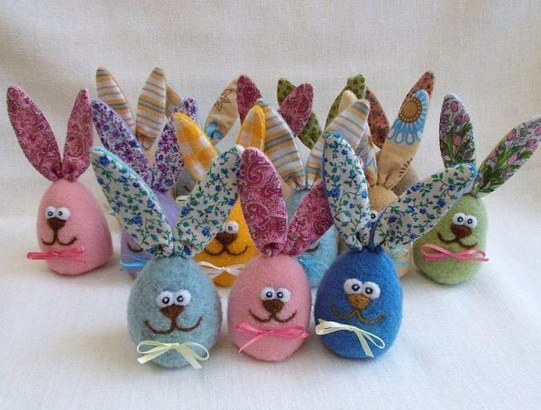 Пасхальные игрушечные зайчики