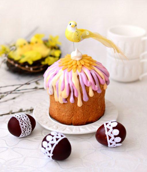 кулич с декоративной птичкой