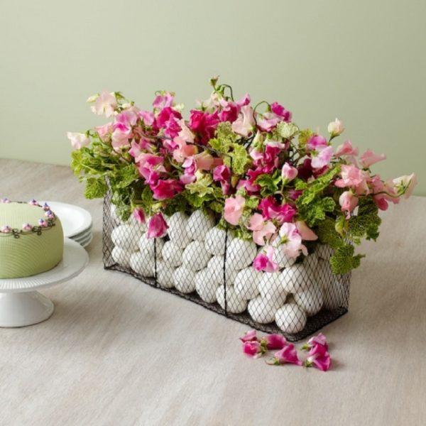 Вазочка с яичками и цветами