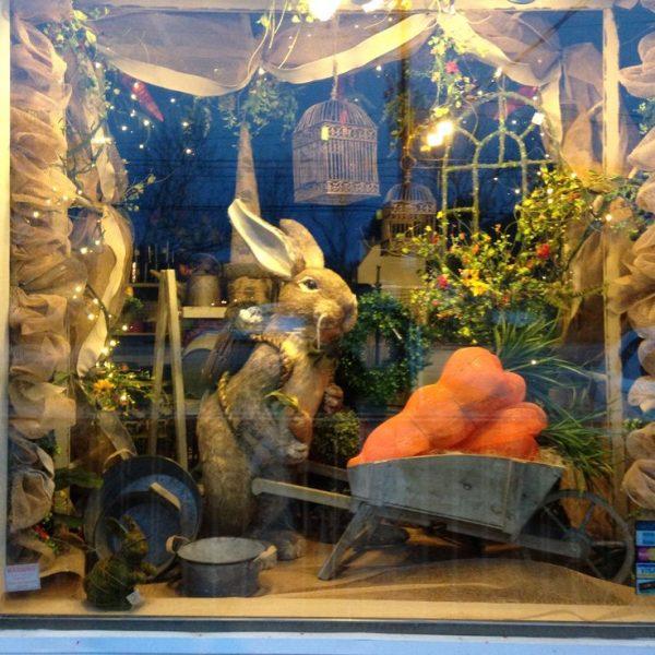 Большой кролик с тележкой морковки