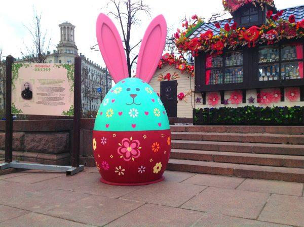 Большой заяц в виде яица